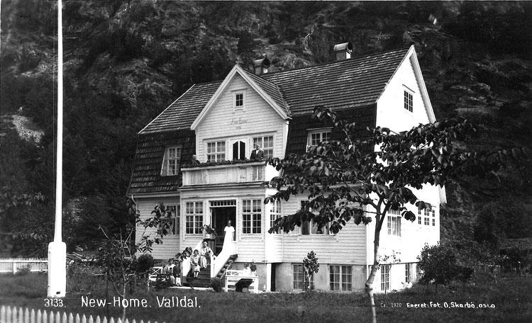 Postkort av New Home, truleg på 1920-talet. Motivet er gjenfotografert av Oskar Puschmann, Norsk institutt for skog og landskap, i 2012. Fjellro Turisthotell har sidan 1985 vore drive av Eli Linge og Michael Boatwright.