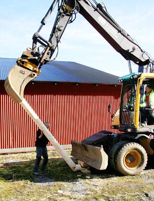 Bjørn Busengdal i gravemaskina gjorde jobben gratis, og ville sponse kunsten på denne måten.