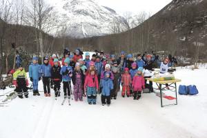 Bilde av nesten alle som deltok i dei yngeklassene søndag.