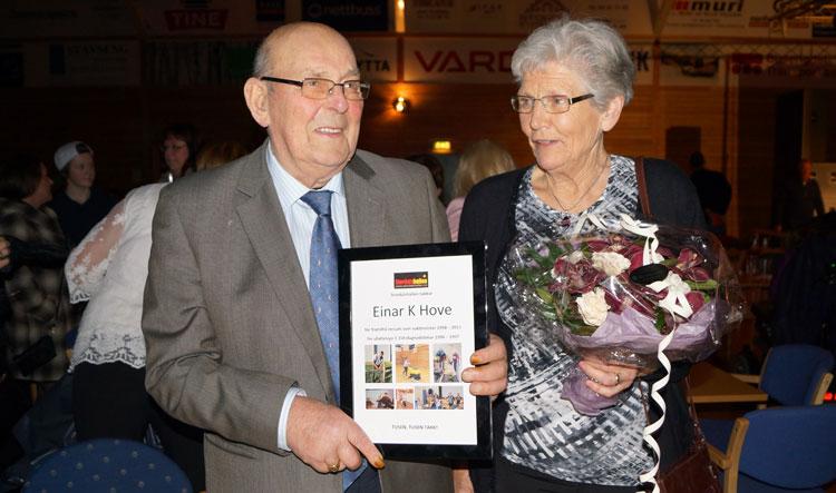 Einar K. Hove og Kirsten Hove vart sett stor pris på for sin innsats i Stordalshallen og ein diplom fekk dei med heim som bevis på det. Foto: Hallgeir Hove.