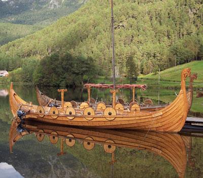Det elleve meter lange vikingskipet Birk klappar til kai i Valldal i slutten av april og blir eit nytt tilbod innan reiselivet på indre. Det er Jacob Helset i Bjørkedalen som har bygd båten og vil leige han ut.